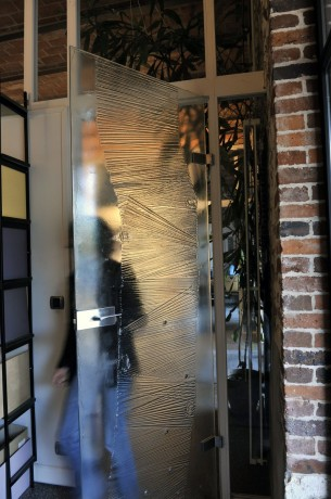 Thermoformed and tempered glass door